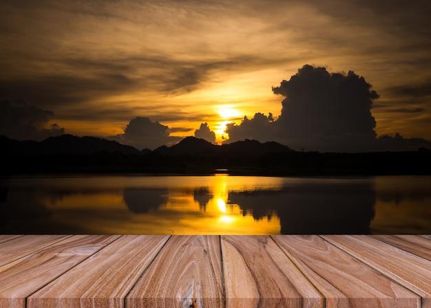 Zestaw pustych starych drewnianych półek podłogowych z rzeką i złotym tle światła wieczornego zachodu słońca