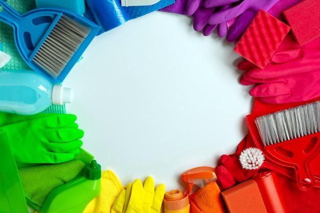 Zestaw rainbow do czyszczenia domu na białym tle