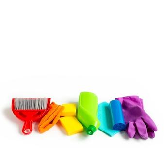 Zestaw rainbow do jasnego wiosennego sprzątania w domu. koncepcja wiosny. copyspace.