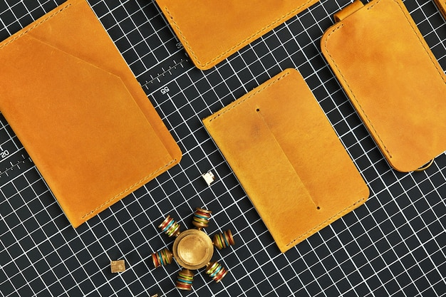 Zestaw ręcznie robionych galanterii skórzanej, breloczki do kluczy, portfel, torebka, notatnik, podręcznik. ręcznie robione wyroby skórzane, zbliżenie.