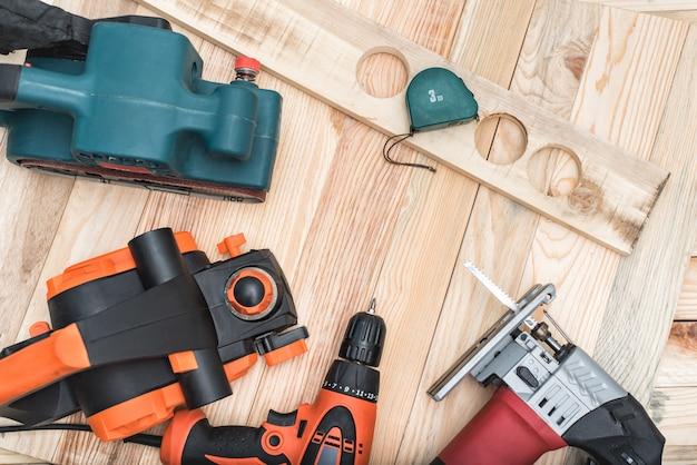 Zestaw ręcznych elektronarzędzi do obróbki drewna i kłamstw przedmiotów obrabianych