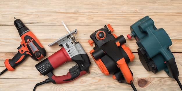 Zestaw ręcznych elektronarzędzi stolarskich do obróbki drewna