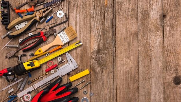 Zestaw ręcznych, zakurzonych narzędzi z miejscem na tekst.