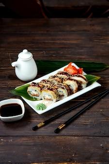 Zestaw rolek do sushi ze standardowymi składnikami