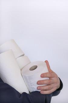 Zestaw rolek papieru toaletowego. kupujący papier toaletowy. deficyt. niezbędny produkt. koncepcja koronawirusa. koncepcja higieny i zdrowia.