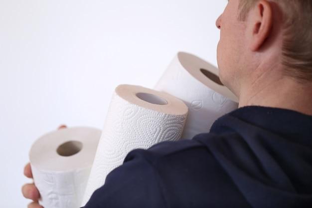 Zestaw rolek papieru toaletowego. kupujący papier toaletowy. deficyt. niezbędny produkt. koronawirus. koncepcja higieny i zdrowia.