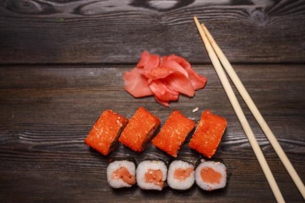 Zestaw rolek sushi z widokiem z góry