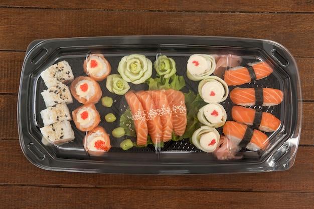 Zestaw różnorodnych sushi w plastikowym pudełku