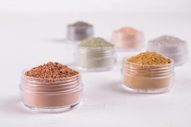 Zestaw różnych błot kosmetycznych w proszku