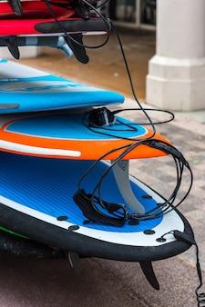 Zestaw różnych desek surfingowych w stosie. francja