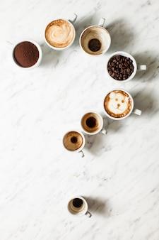 Zestaw różnych filiżanek do kawy jako znak zapytania, widok z góry, widok z góry. filozofia koncepcji życia