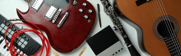 Zestaw różnych instrumentów muzycznych na białym tle.