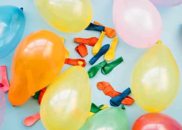 Zestaw różnych jasnych balonów