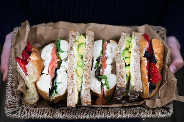 Zestaw różnych kanapek w koszu