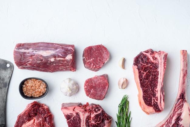 Zestaw różnych kawałków marmurkowego mięsa wołowego i steków dojrzewających na sucho