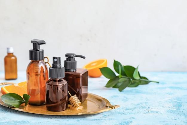 Zestaw różnych kosmetyków na stole