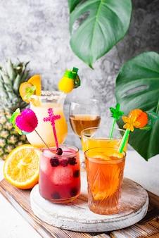 Zestaw różnych letnich koktajli