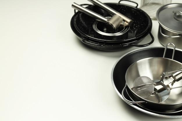 Zestaw różnych naczyń kuchennych na białym tle.
