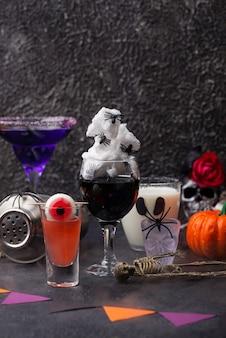 Zestaw różnych napojów halloween. straszne koktajle na imprezę
