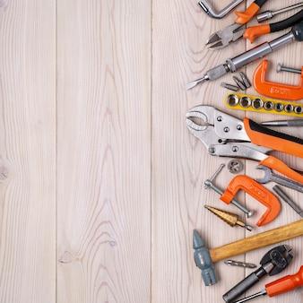Zestaw różnych narzędzi domowych leżących w rzędzie