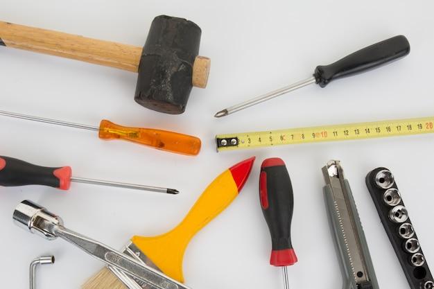 Zestaw różnych narzędzi na białym tle