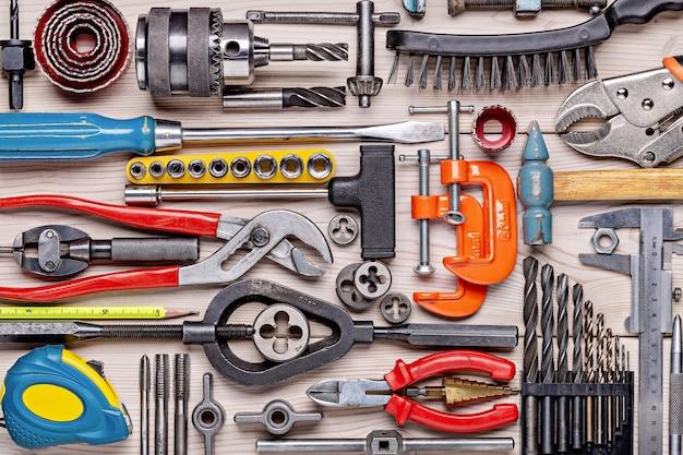 Zestaw różnych narzędzi ręcznych do naprawy