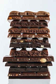 Zestaw różnych odmian czekolady z orzechami, rodzynkami i owocami