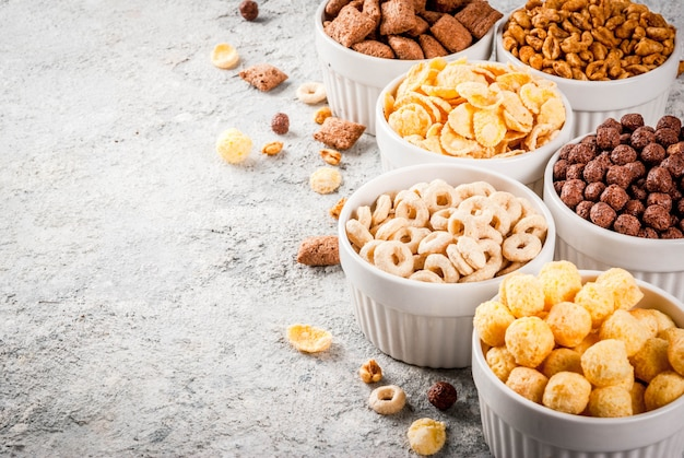 Zestaw różnych płatków kukurydzianych śniadaniowych, ptysi, popów