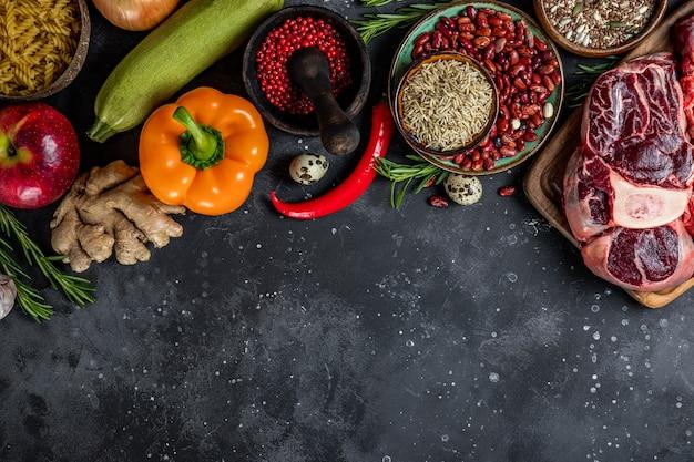 Zestaw różnych produktów dla zdrowej diety - widok z góry mięsa, zbóż, warzyw i owoców, wolne miejsce na tekst. wysokiej jakości zdjęcie