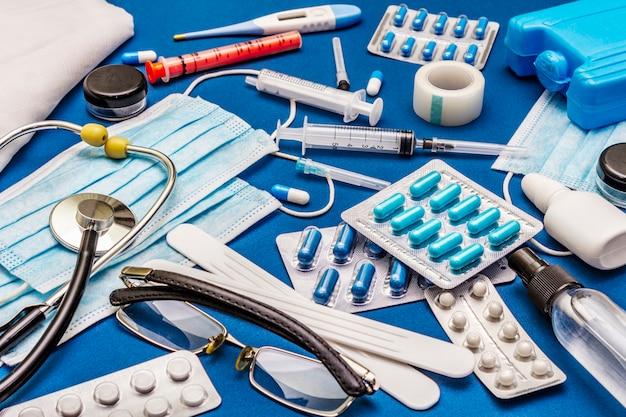 Zestaw różnych przedmiotów medycznych. środki do zapobiegania, higieny osobistej i leczenia objawów koronawirusa
