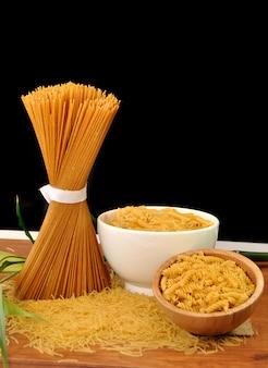 Zestaw różnych rodzajów makaronów, spaghetti i makaronów