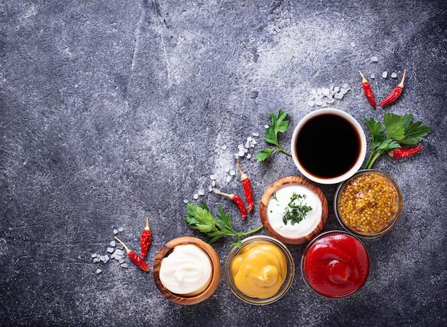 Zestaw różnych sosów i przypraw