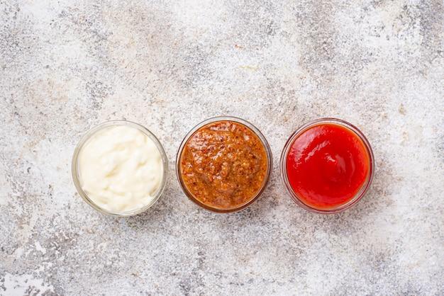 Zestaw różnych sosów: musztarda, ketchup, majonez