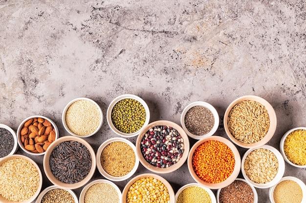Zestaw różnych superfoods - pełnoziarnista fasola, nasiona roślin strączkowych i orzechy