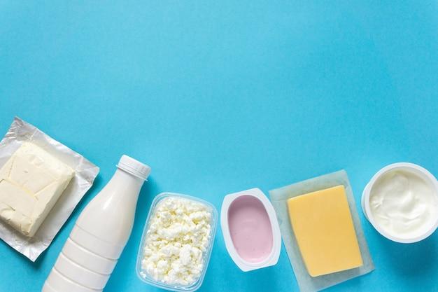 Zestaw różnych świeżych produktów mlecznych na niebieskim tle