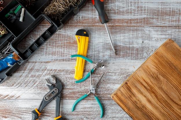 Zestaw różnych urządzeń budowlanych na drewnianym stole