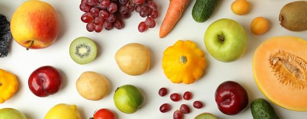 Zestaw różnych warzyw i owoców na białym tle