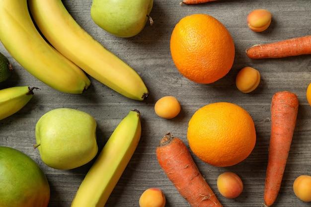 Zestaw różnych warzyw i owoców na szarym tle z teksturą