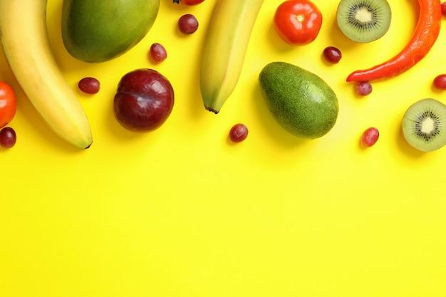 Zestaw różnych warzyw i owoców na żółtym tle