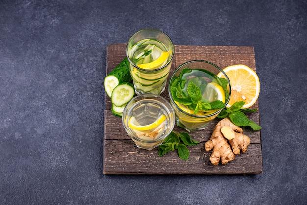 Zestaw różnych zdrowych wód detoksykacyjnych