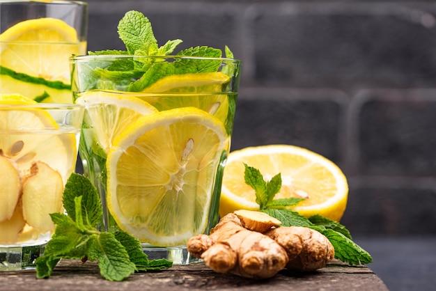 Zestaw różnych zdrowych wody detox