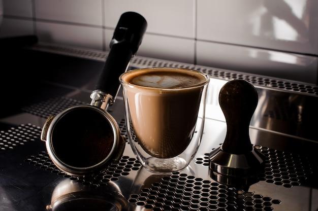 Zestaw sabotażu i filiżanki kawy na blacie