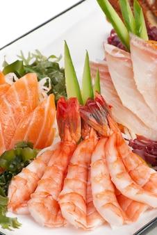Zestaw sashimi na daikon (biała rzodkiew). przyozdobiona imbirem, wodorostami, ogórkiem
