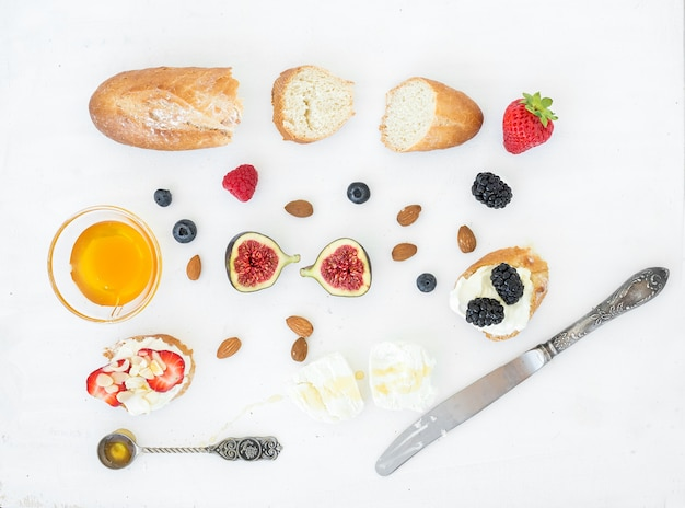 Zestaw serów, chleba i jagód