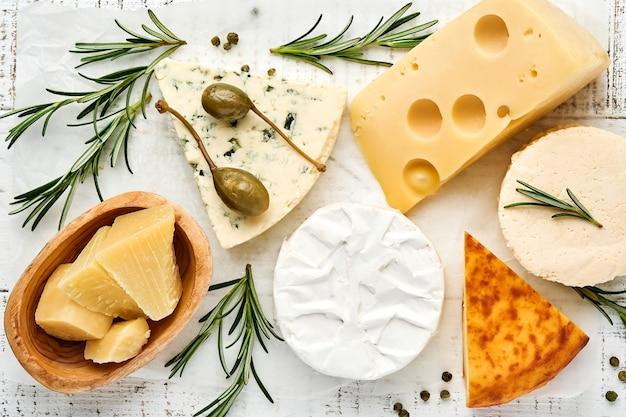 Zestaw serów. suluguni z przyprawami, camembert, ser pleśniowy, parmezan, maasdam, ser brie