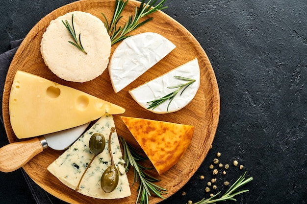 Zestaw serów. suluguni z przyprawami, camembert, ser pleśniowy, ricotta, maasdam, ser brie