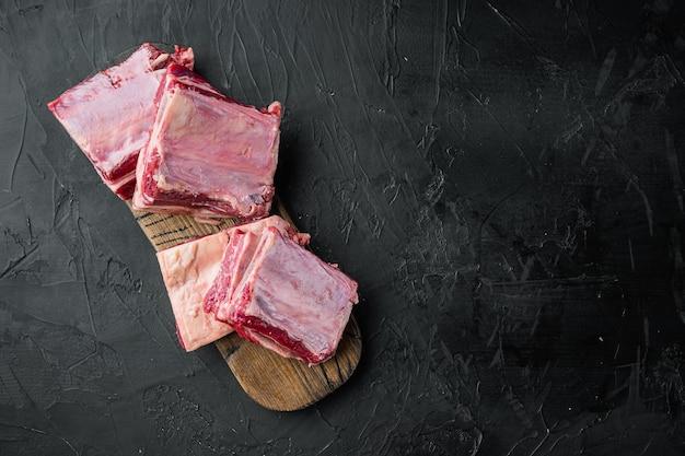 Zestaw short ribs bone in gulasz, na czarnym kamieniu
