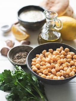 Zestaw składników do gotowania domowego tradycyjnego humusu. skopiuj miejsce