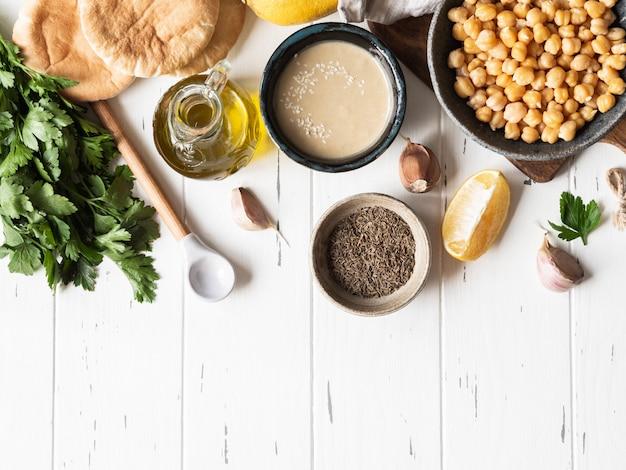 Zestaw składników do gotowania domowego tradycyjnego humusu. widok z góry
