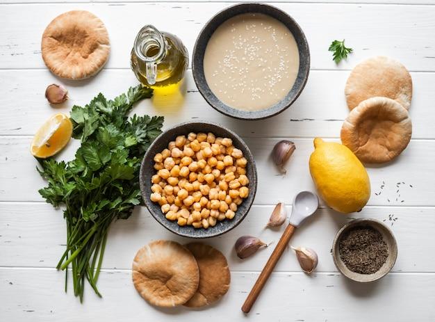 Zestaw składników do gotowania domowego tradycyjnego humusu.